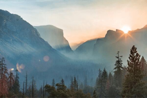 Folge Deiner Natur, gezeigt wird eine stille Berglandschaft im Licht der aufgehenden Sonne